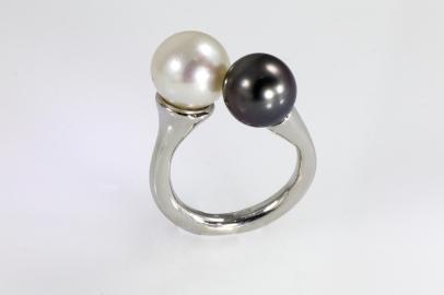 -Anello in Oro Bianco 750- con perle australiane bianca e nera