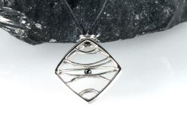 -Pendente amuleto in Oro Bianco 750- con inserito una piccola pietra chiamata spinello