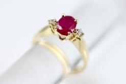 -Anello in Oro Giallo 750- con rubino nurale taglio ovale e diamanti taglio brillante